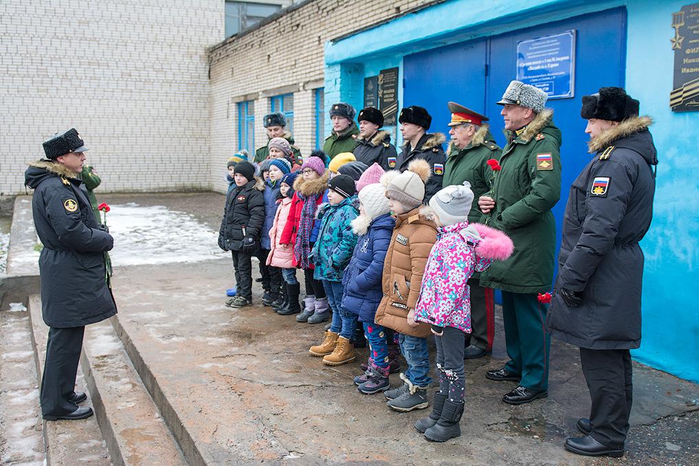 Ученики сельской школы были под впечатлением от встречи с ракетчиками и моряками.