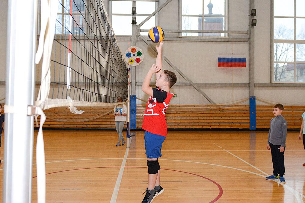 4 января во Дворце спорта среди учеников 4 и 5 классов общеобразовательных школ прошли соревнования по пионерболу. Лучшими в этой игре оказались ребята первой школы.