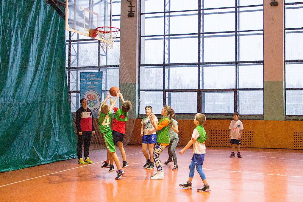 6 января в Детско-юношеской спортивной школе прошел Рождественский турнир по стритболу. Участниками соревнований стали 6 команд старшей возрастной группы и 7 команд юных озерчан. Победители получили памятные медали.