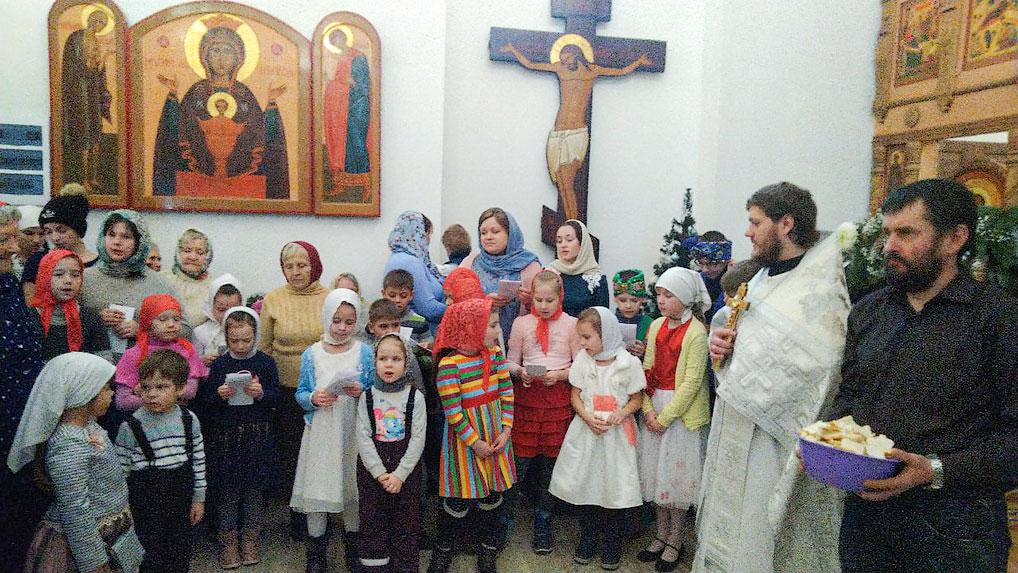 Доброй традицией стало пение рождественских песнопений детьми из Воскресной школы во время праздничной рождественской службы в храме Андрея Первозванного.