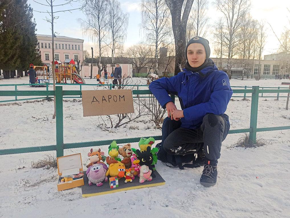 Вот такой сюрприз от озерчанина Артема Дроботущенко ждал жителей ЗАТО в один из праздничных дней на площади Победы. Молодой человек просто решил, что кому-нибудь еще могут принести радость его игрушки.