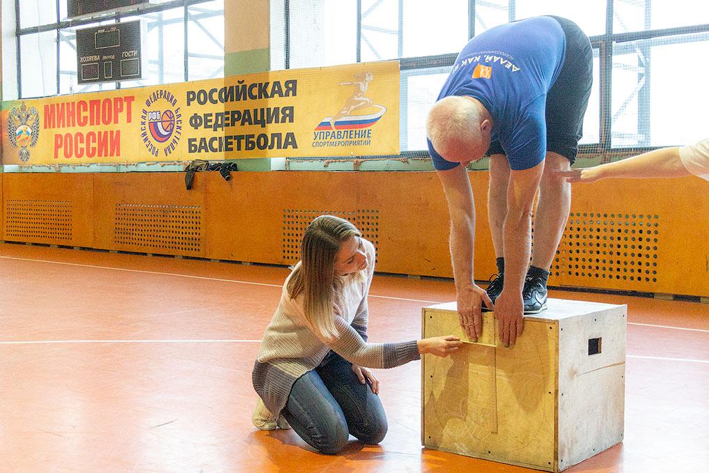Наклон вперед из положения стоя на гимнастической скамье.