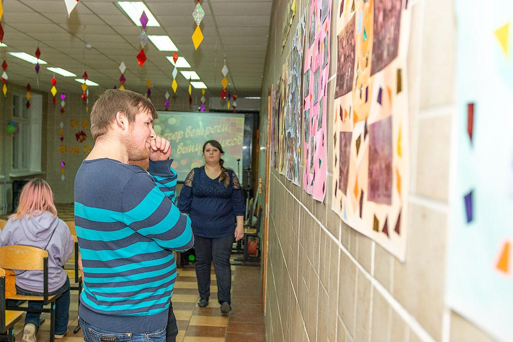 С трепетом выпускники разглядывали свои школьные фото, школа №2.