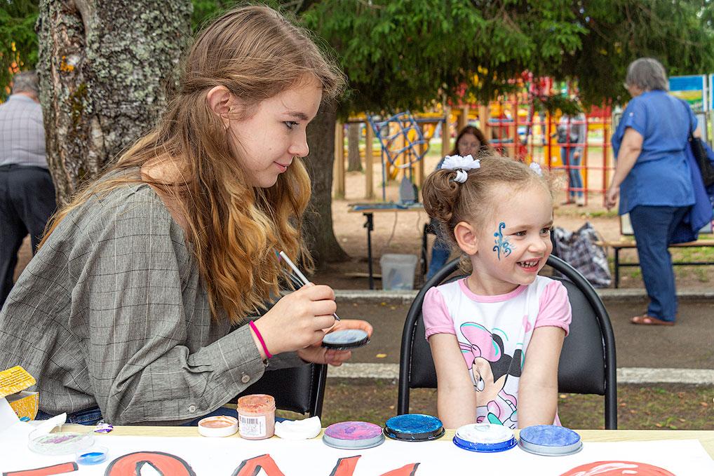 Воспитанники ДШИ дарят радость юным озерчанам, рисуя на их лицах различные узоры.