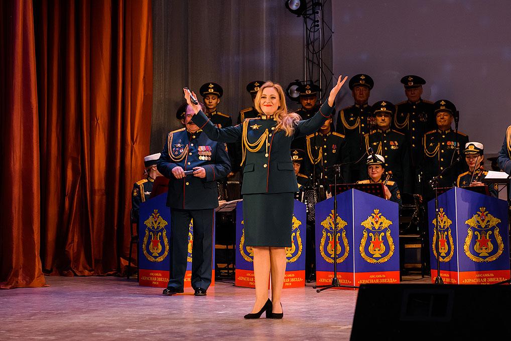 Солистка ансамбля Елена Иванова.
