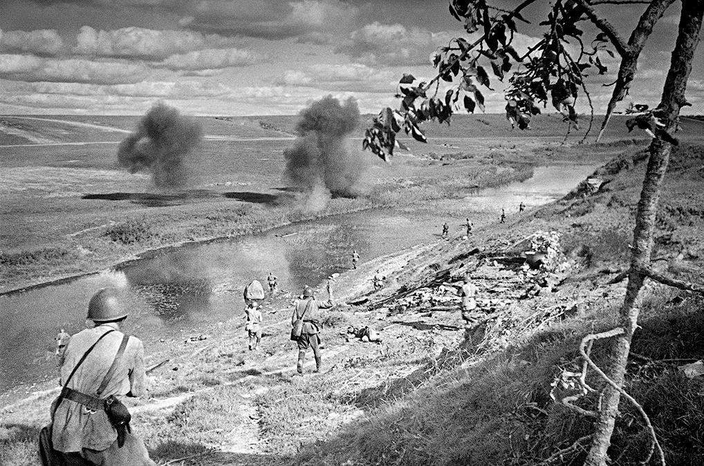 Переправа подо Ржевом. В бой идут бойцы 375-й Стрелковой дивизии. 26 июня 1942 года. Скоро на этом месте будут монумент и здание музея. (Фото с сайта rg.ru)