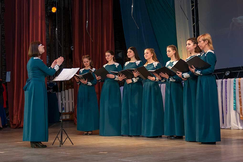 """Ансамбль """"Лира"""" участвует во всех значимых мероприятиях Озерного, где требуется молебное пение, вокально-хоровая музыка. Также каждый год солисты усердно готовятся к традиционному Пасхальному концерту."""
