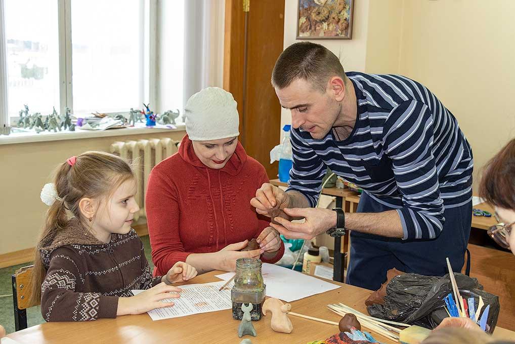 """На мастер-класс в рамках проекта """"Возрождение"""" пришли не только дети, но и взрослые. И все с энтузиазмом мастерили глиняные свистульки."""