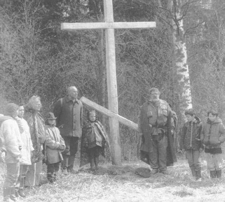 На краю рощи поисковики поставили крест в память о Вячеславе Кондратьеве и бойцах 132-й стрелковой бригады.