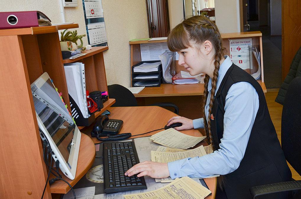 Еще до начала дистанционного обучения Ирина Смирнова кропотливо вбивала данные на сайт в стенах школы, сейчас она делает эту работу дома.