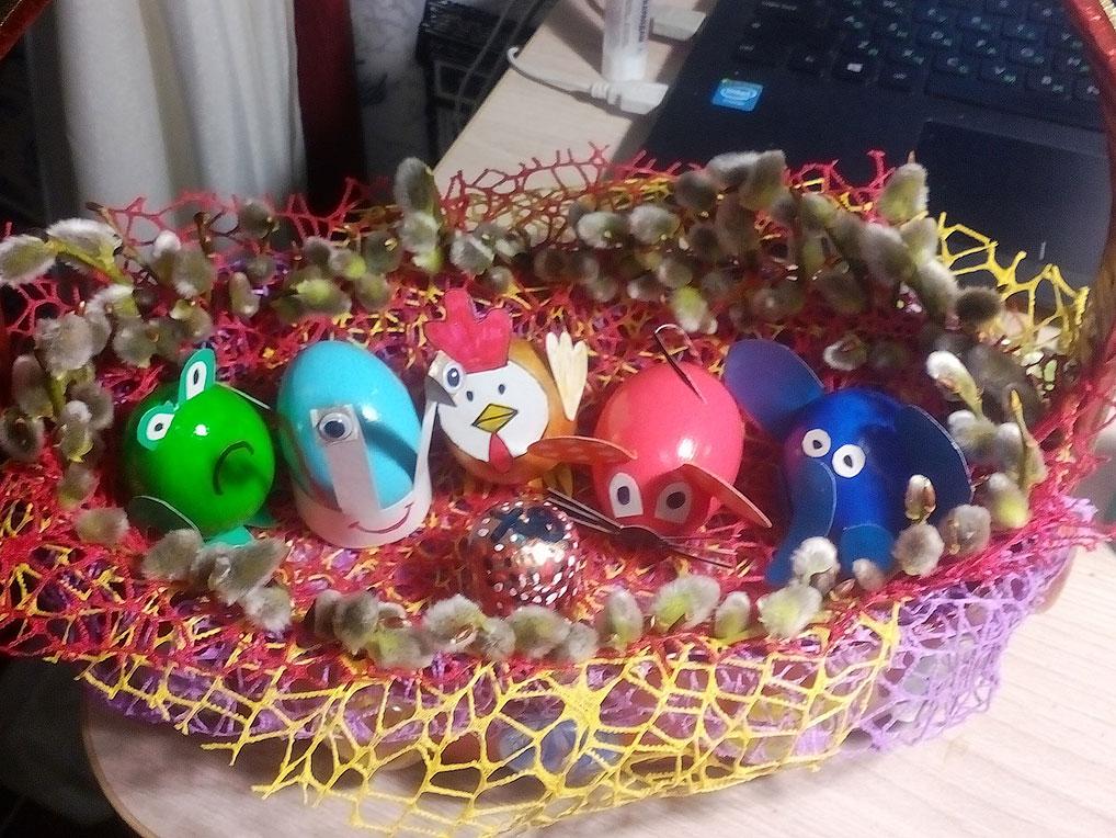 Пасхальная композиция из яичной скорлупы и обертки для цветов.