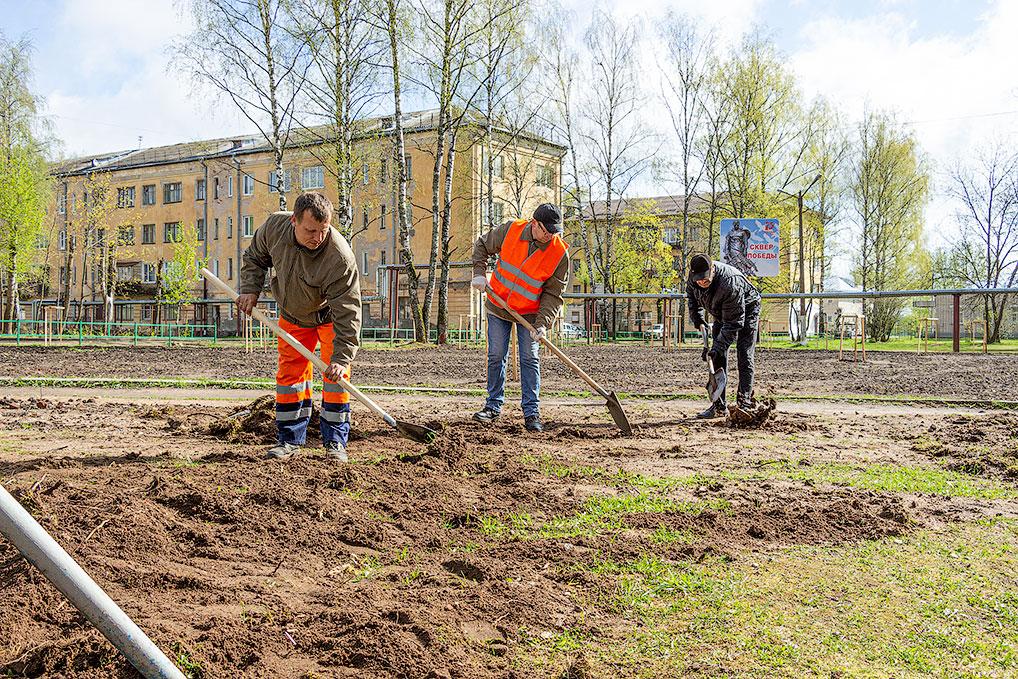 """Сотрудники """"Дорсервиса"""" подготавливают землю для оформления клумбы возле сквера Победы."""