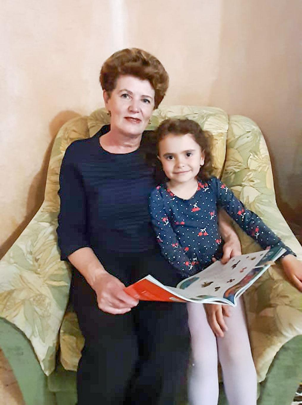В сентябре внучка Елены Леонидовны Валерия пойдет в первый класс, и когда девочка приезжает в гости к бабушке, они готовятся к школе.