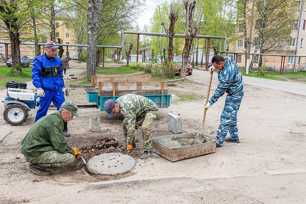 Ремонт отмостков канализационного колодца возле дома №5 на ул. Советской.