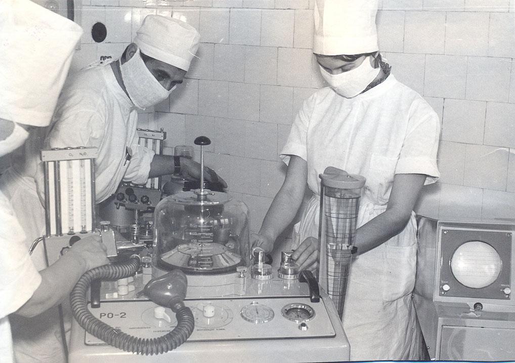 Подготовка наркозного аппарата к операции, 1979 год.