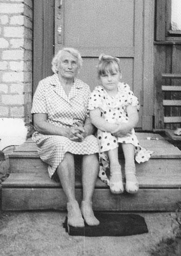 Наталья Тимофеевна Алмазова с внучкой Натальей.