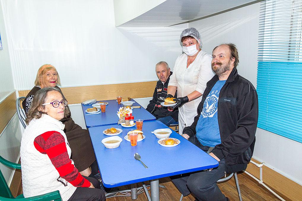 Повар-бригадир социальной столовой Татьяна Шишкарева с вниманием относится к озерчанам.