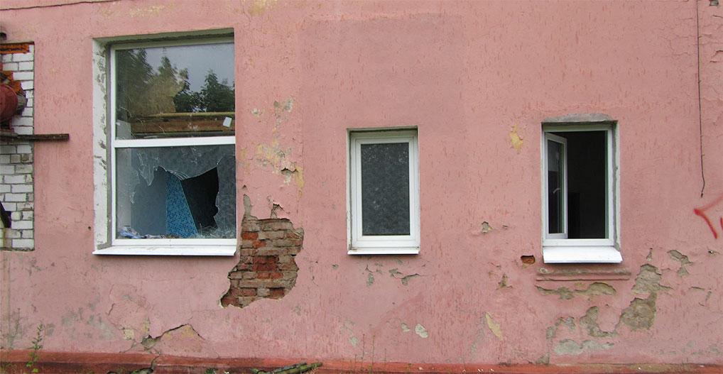 Разбитые подростками окна Банно-прачечного комбината.