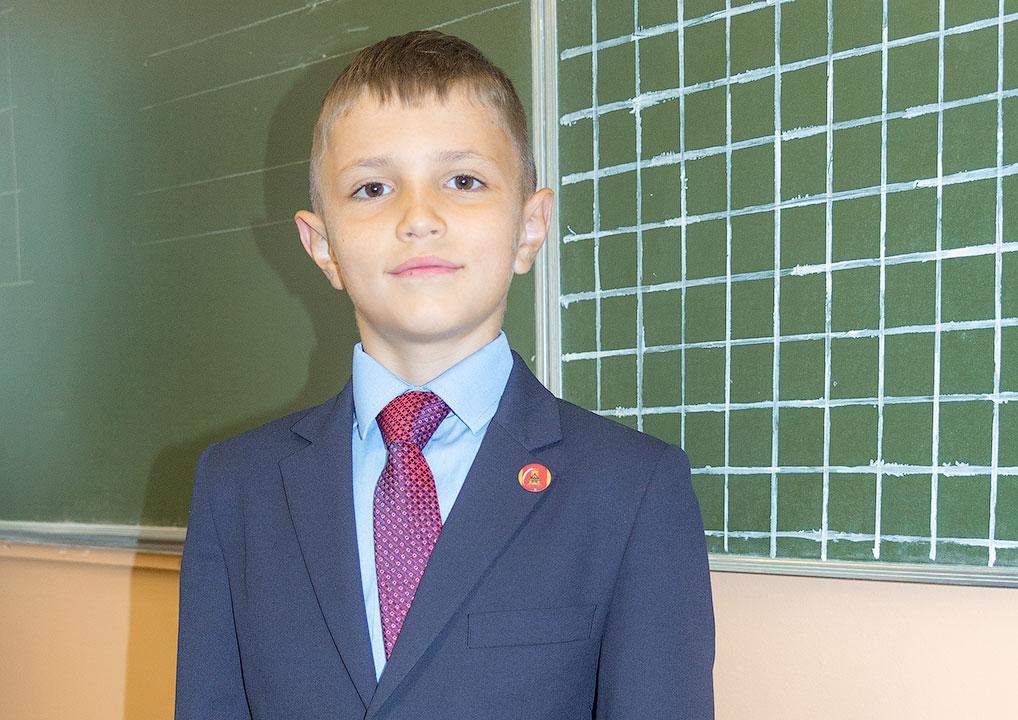 Максим Лебедев в новой школьной форме.