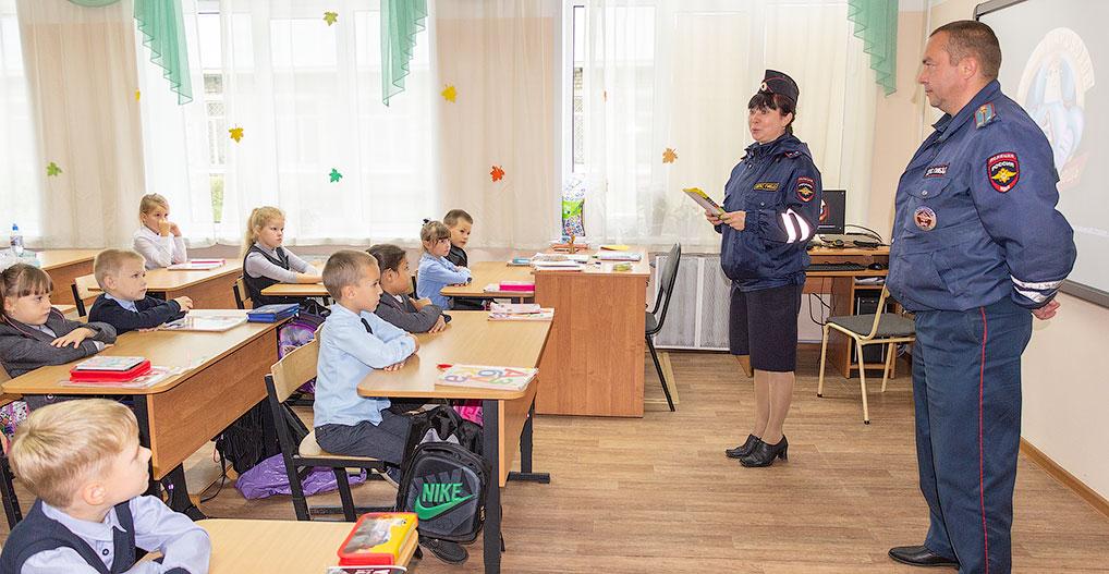 Инспекторы ГИБДД Надежда Лотырева и Александр Васильев напомнили детям Правила дорожного движения.