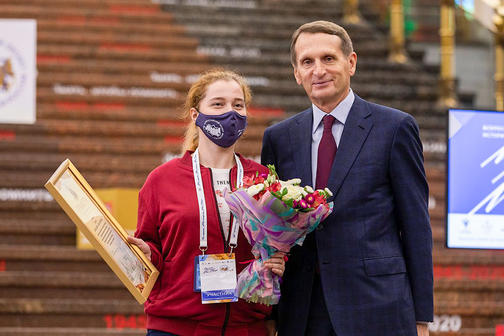 Председатель Российского исторического общества Сергей Нарышкин вручил озерчанке заслуженную награду.