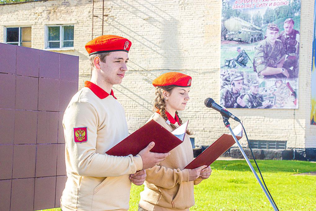 Елене Лягушевой и Дмитрию Спиридонову выпала честь прочитать клятву юнармейца.