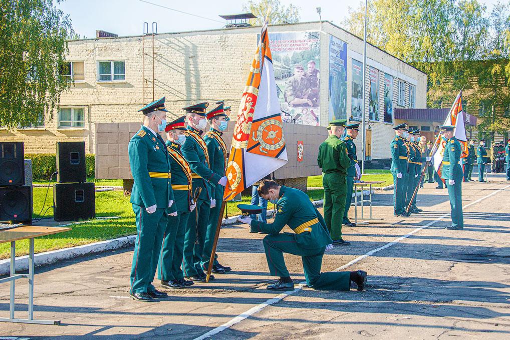 Каждый вновь прибывший лейтенант присягнул на верность боевому знамени своей воинской части.