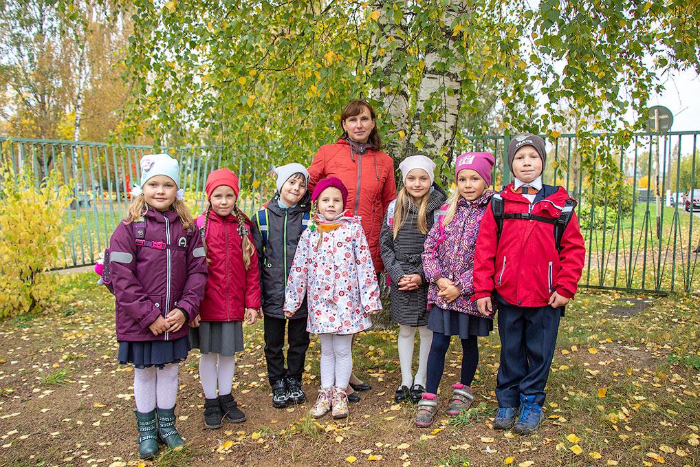 Татьяна Владимировна со своими первоклашками.