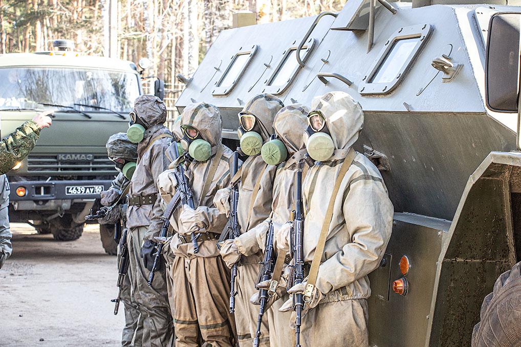 После того, как военный госпиталь был переведен на строгий противоэпидемический режим - вход и выход с территории запрещены, был выставлен военный караул.