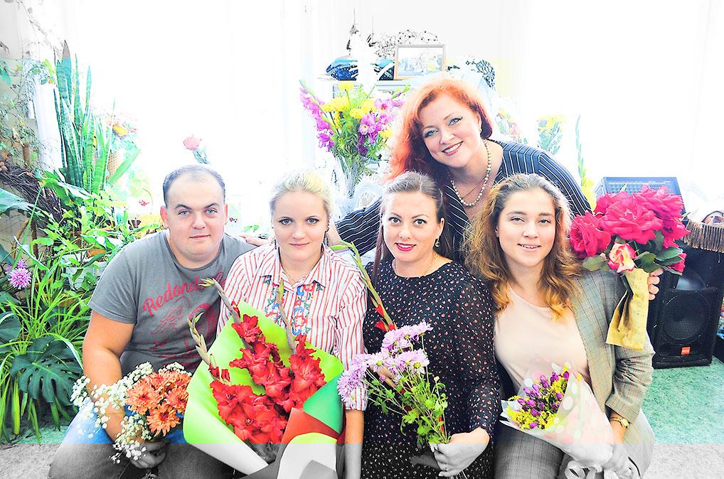 Лучезарный коллектив художественного отделения ДШИ.