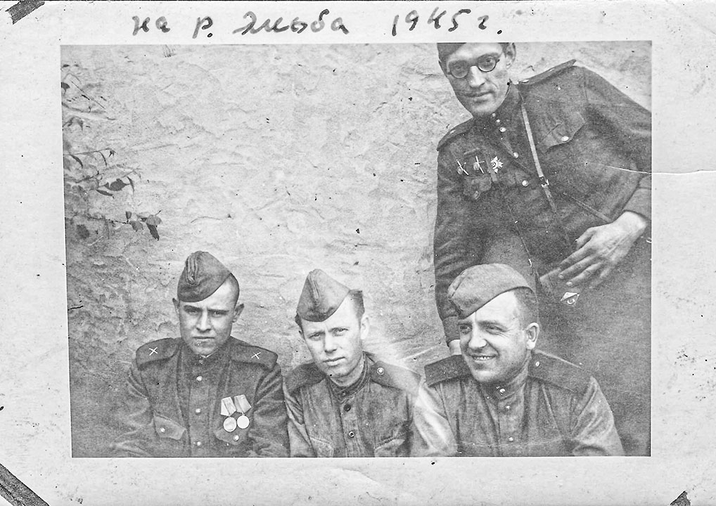 На фото он вместе с товарищами - сотрудниками редакции фронтовой газеты.