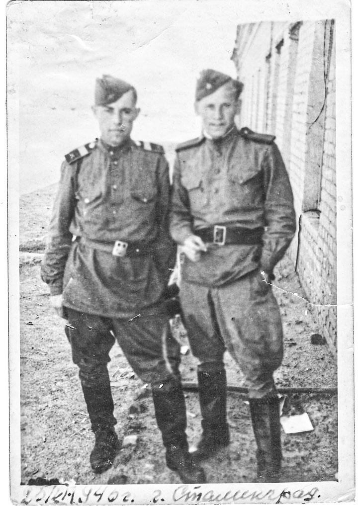 Фото от 25 июня 1946 года, г. Сталинград. Молодой, энергичный и бесконечно любящий Родину парень решил, что будет продолжать служить ей.