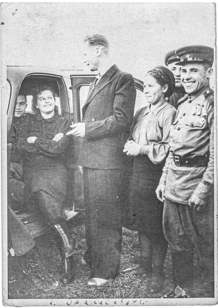 1946 год. Без демобилизации Герасименко был переведен в Народный комиссариат внутренних дел г. Сталинграда. Улыбчивый парень на фото - наш герой. На тот момент он - начальник сводного отряда охраны поездов дальнего следования. Защищал поезда и город от нападения бандформирований.
