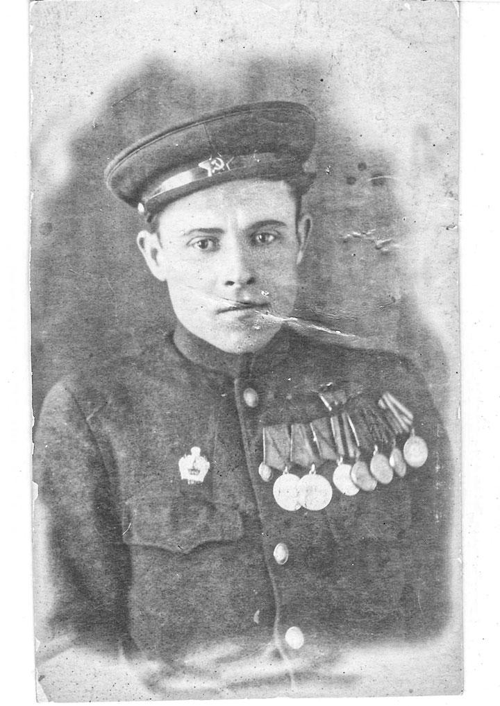 Одно из последних фото Николая Герасименко, сделанное 22 февраля 1947 года. А уже 13 сентября 1949 года взвод, которым руководил Герасименко, столкнулся с двумя большими бандами и вступил в бой. Погибли практически все. Ранеными, но живыми остались лишь несколько бойцов и их командир. Но бандиты не церемонились. Бойцов расстреляли, а Герасименко как командира ждала более тяжелая участь - его бросили под поезд. Ему было 25. Война за плечами. Он с доблестью и отвагой прошел свой боевой путь. Победил! Но и после не выпустил из рук оружие. До последних дней охранял покой Родины.