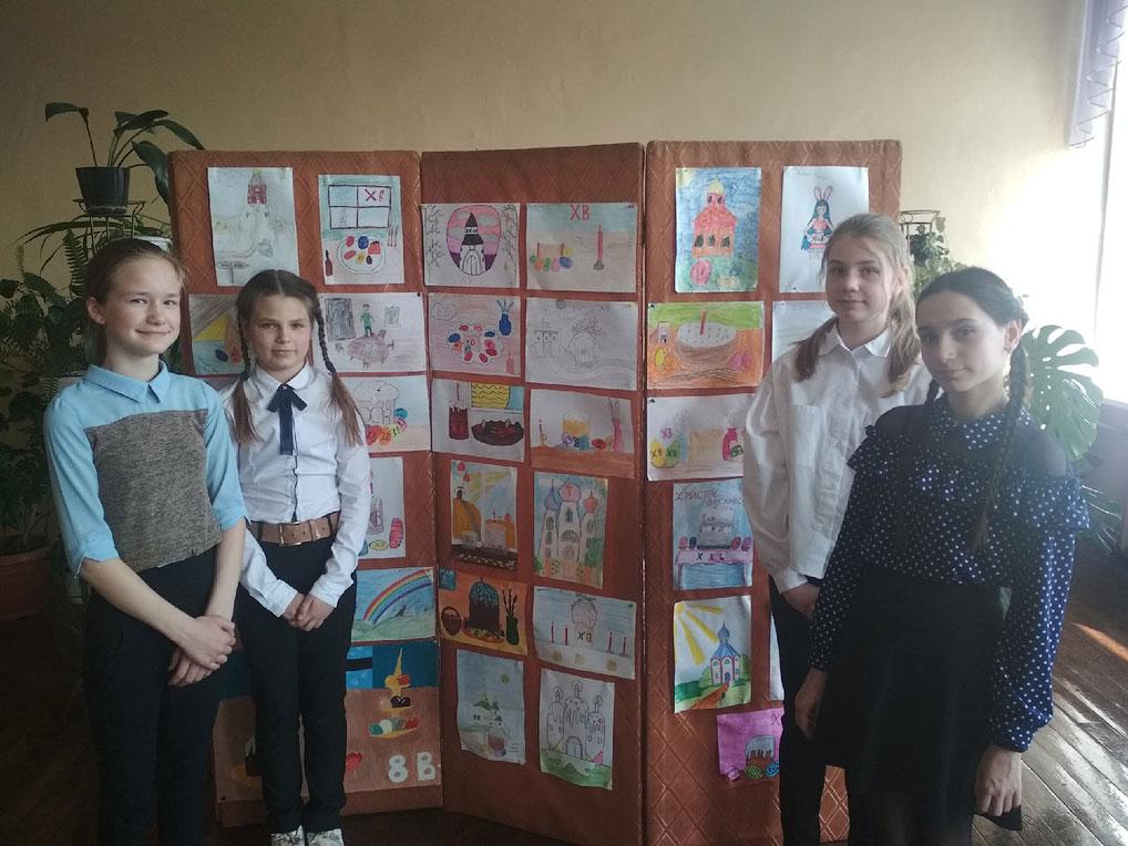 """В школах Озерного прошли классные часы """"Праздник Светлой Пасхи"""", а ученики подготовили рисунки на тему праздника. На фото - выставка детских рисунков в школе №1."""