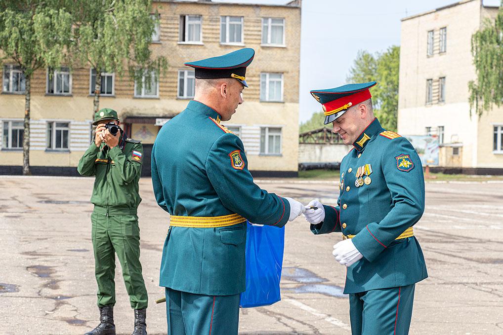 В День дивизии - День Озерного военнослужащим соединения были вручены очередные воинские звания, грамоты и благодарности.