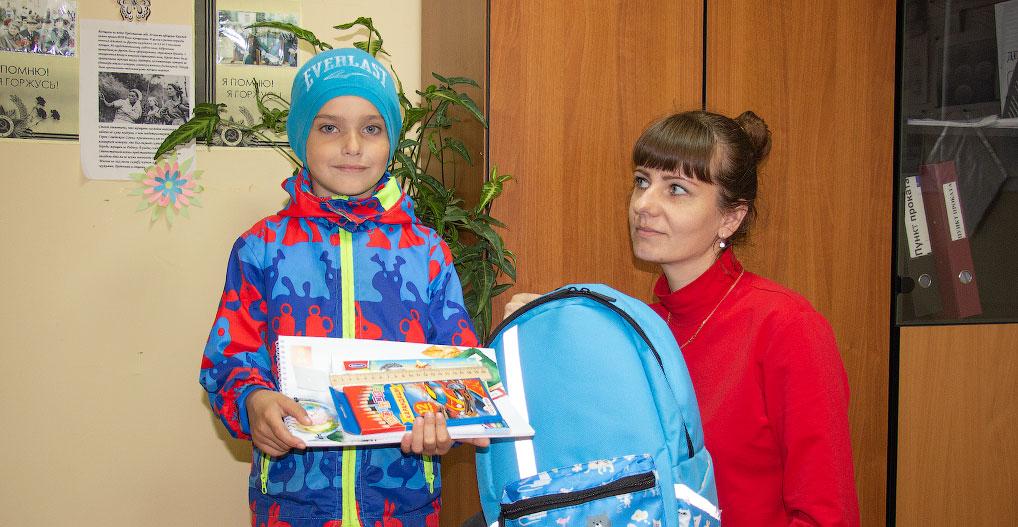 Также в рамках акции сотрудниками Комплексного центра социального обслуживания населения Бологовского района вручены школьные ранцы и принадлежности первоклассникам из малообеспеченных семей.